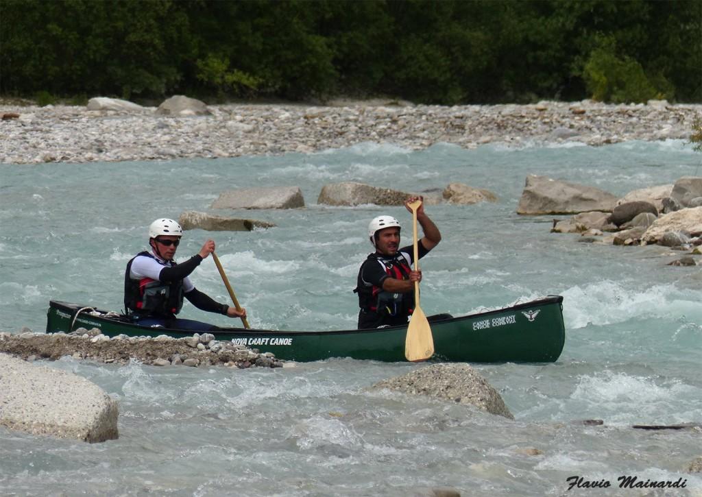 Position typique du céiste dans la partie amont des rivières : dos courbé et langue pendante